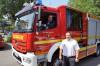 OB Scharmann sitzt im Führerhaus des neuen Feuerwehrfahrzeuges