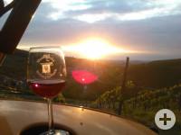 Weinglas vor Sonnenuntergang