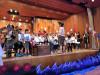 Kinder bei einer Aufführung auf der Bühne