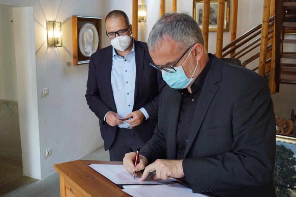 Unterzeichnung Schenkungsvertrag