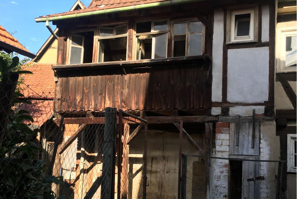 Holzbalkon des alten Fachwerkhauses