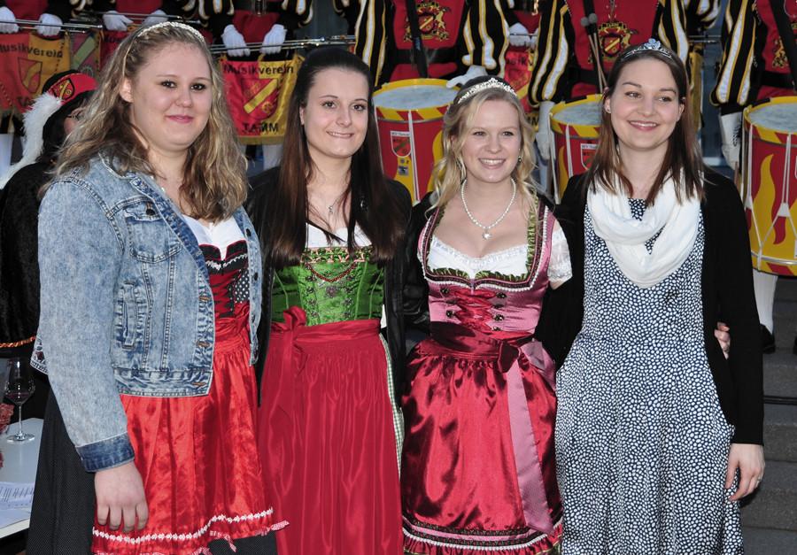 Weinprinzessin Franziska (links) und Weinkönigin Anja (zweite von rechts) sowie die vorherige Weinkönigin Stefanie (zweite von links) sowie die Württembergische Weinprinzessin 2016 Anja Gemmrich