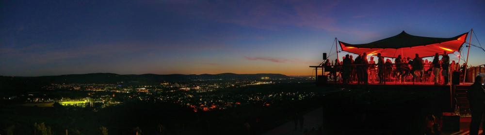 Blick auf die Sunset Lounge und über das Remstal bei Sonnenuntergang